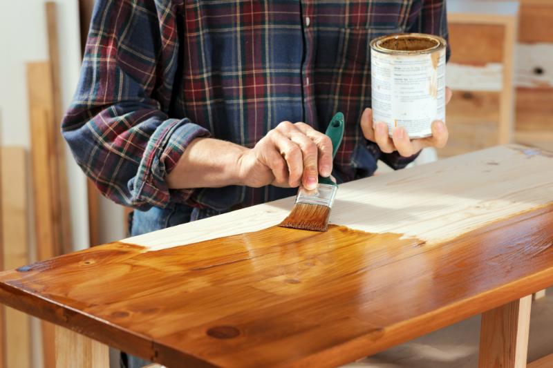 Mit Schellack wird bei Holzmöbeln der Hochglanz-Effekt erzielt