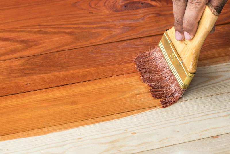 Für feinporige Holzarten empfiehlt sich eine Schellack-Behandlung