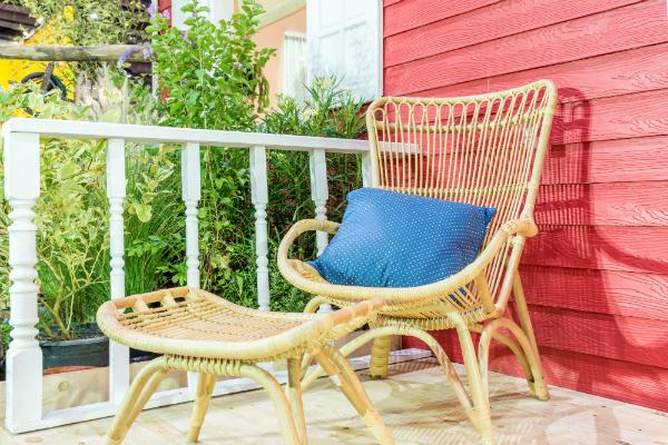 Moebel aus Rattan auf Landhaus-Terrasse