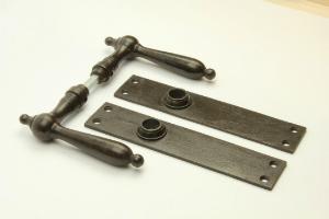 Druecker-Set Biedermeier Eisen antik mit Langschild Blind