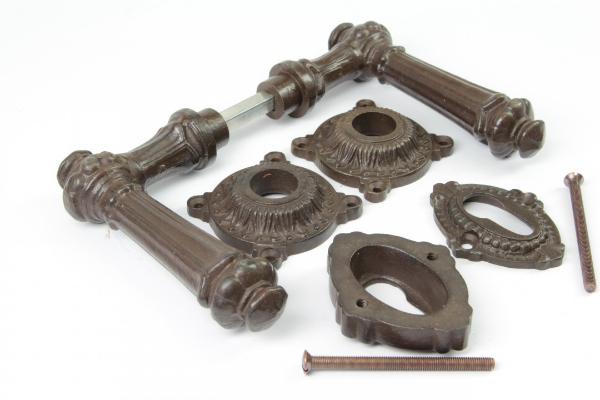 Tuerdruecker-Set massiv Eisen antik patiniert mit Profilzylinder Rosetten Gruenderzeit