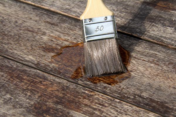 Ölen von Holz mithilfe eines Pinsels