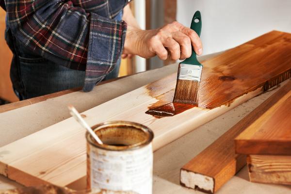 Mit einem Pinzel vorsichtig das Hartöl auftragen
