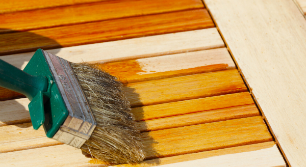 Nach Beendigung der Pflegearbeiten muss das frisch behandelte Holz erst gut aushärten