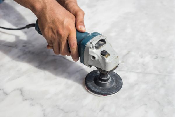 Handpoliermaschine auf einer Marmoroberfläche