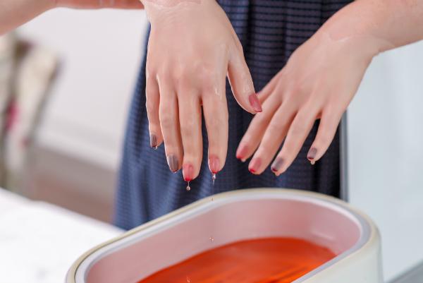 Paraffin wird in Kosmetikstudios verwendet