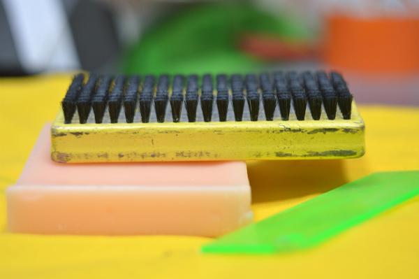 Paraffin wird neben der Möbelrestauration auch in vielen anderen Bereichen eingesetzt
