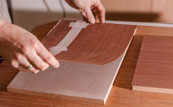 Echtholz Oberfläche, die auf eine Spanplatte aufgetragen wird