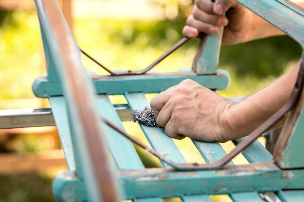 Bearbeitung mit Stahlwolle auf Holz
