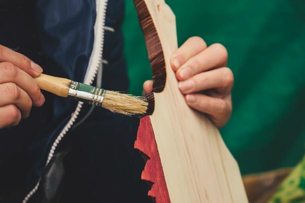 Holz wird mit Flüssigwachs beschichtet