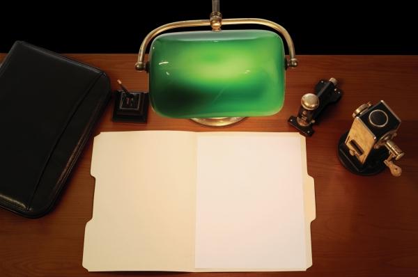 Bankerlampe bei der Schreibtischarbeit