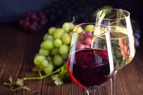 Glaeser mit Rot und Weisswein