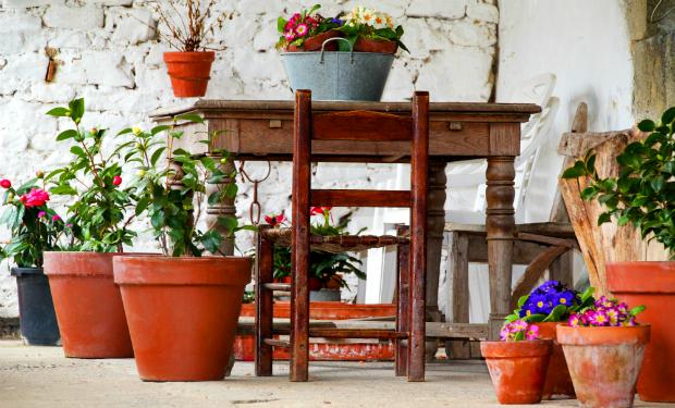 Idyllisch schön: Landhaus Möbel auf dem Balkon