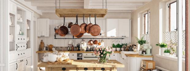 Eine schöne, gepflegte Küche im antiken Stil