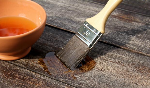 Vor dem Ölen sollte das Holz leicht abgeschliffen werden