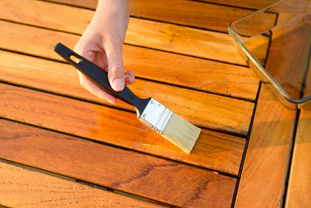 Akazienholz, das mit Möbelöl bestrichen wird
