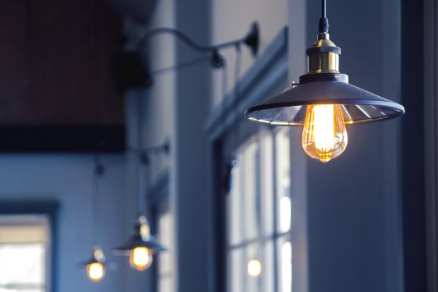 Industrielampen an einer Außenfassade