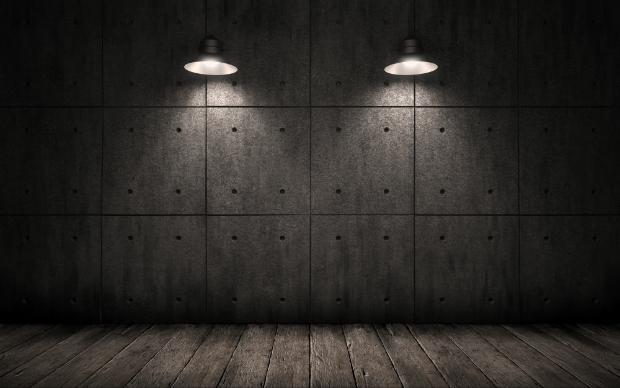Charme von Industrielampen vor einer Betonwand