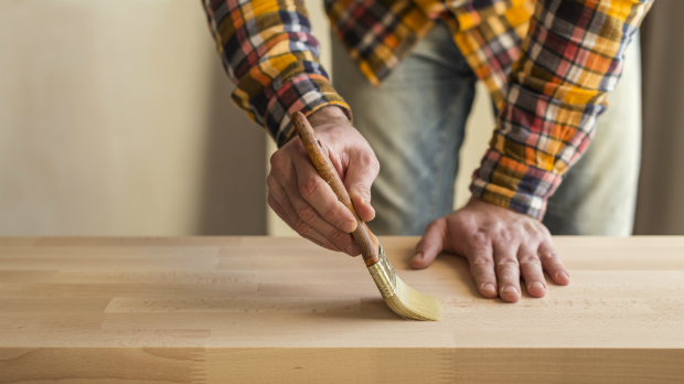 Holz mit Flüssigwachs behandeln