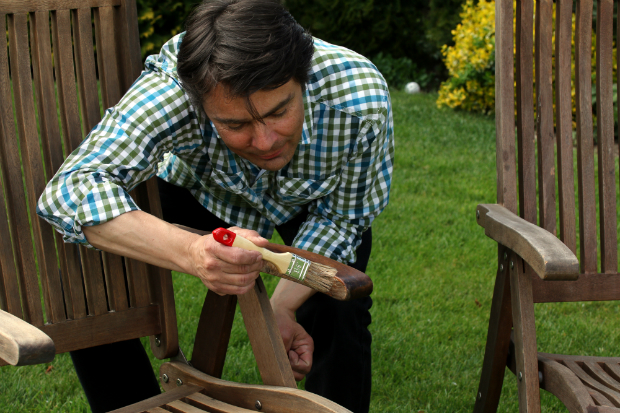 Holzmöbel mit Lasur behandeln