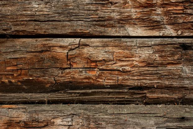 Holz kann mit der Zeit rissig werden