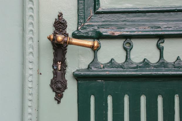 Alte Türen haben mit leichten Gebrauchsspuren einen gewissen Charme