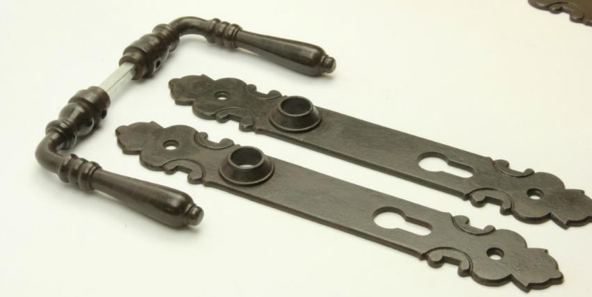 Türdrücker aus massivem Eisen antik patiniert + Langschild PZ 92
