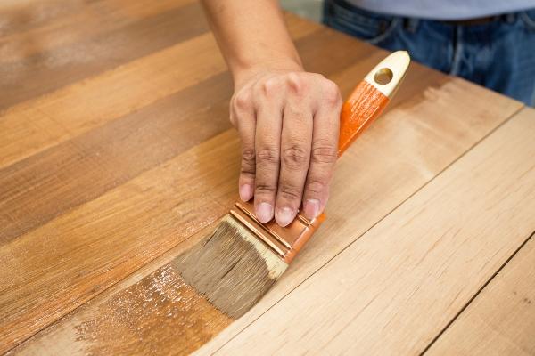 Schutzlack auf Holzmoebel auftragen