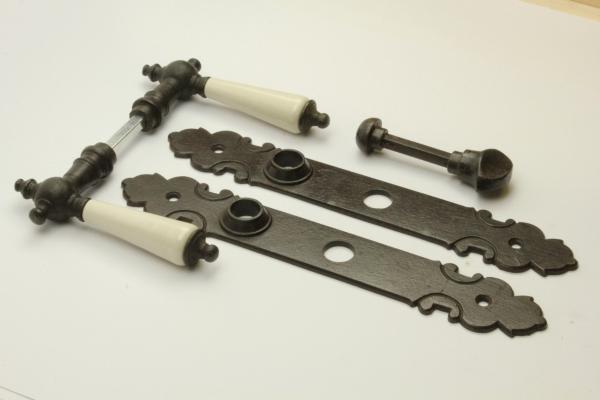 tuerdruecker-mit-porzellan-holzgriff-aus-massivem-eisen-antik-patiniert-langschild-wc-verschluss-3706