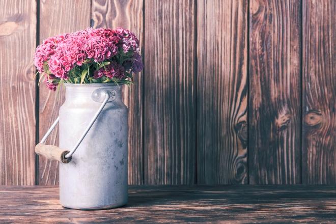 Alte Milchkanne mit Blumenstrauss