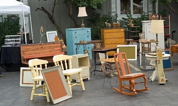 Flohmarkt mit alten Möbeln