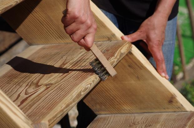 Möbel wird mit Metallbürste bearbeitet