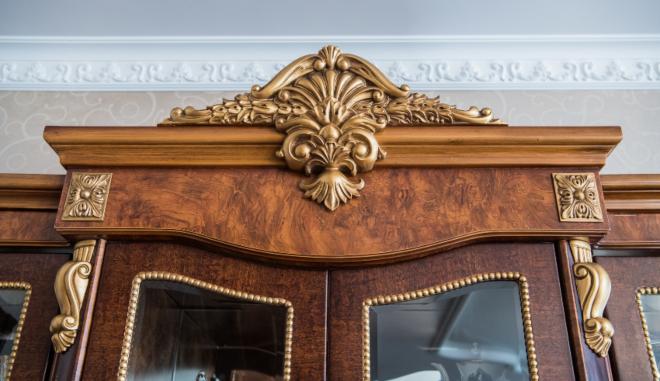 Altes Möbel mit Verzierungen und Beschlägen
