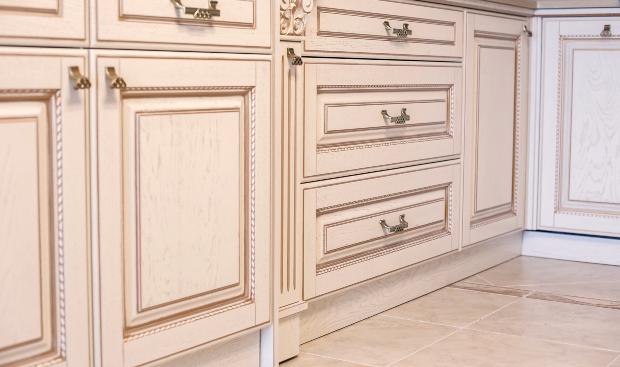alte Küchenschränke mit Beschlägen