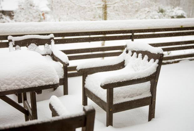 Holzmöbel im Schnee