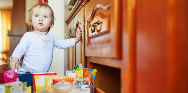 Kind an einem Schrank