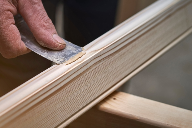 Ausbesserung Möbelstück mit Kitt aus Borma Holzmasselösung