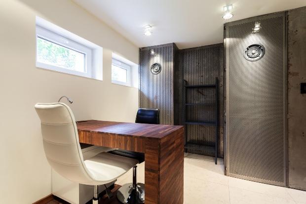 Büro im Souterrain mit modernen und rustikalen Elementen - Keller im Landhaus