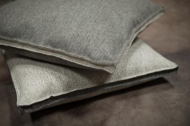 2 Kissen der Marke Steiner aus aus 100% Schurwolle