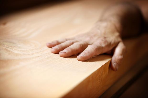 Hand befühlt massive Holzplatte
