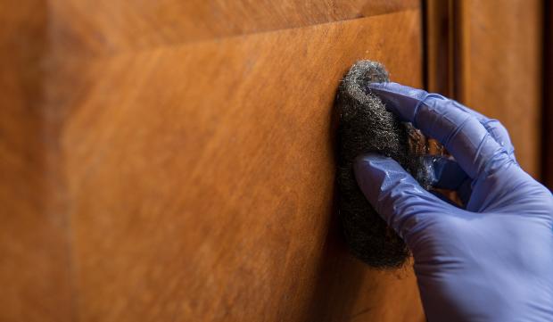 Holzmöbel-wird-mit-Stahlwolle-bearbeitet