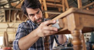 Mann-beim-Holz-aufrauen