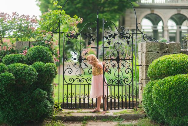 Pflanzen und ein verspieltes Gartentor machen direkt einen freundlichen Eindruck