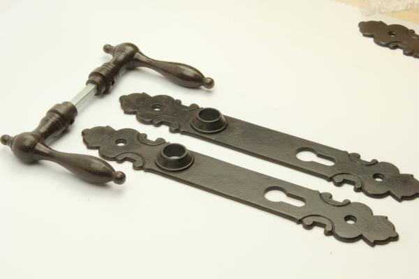Biedermeier Türdrücker aus massivem Eisen antik patiniert + Langschild PZ 92