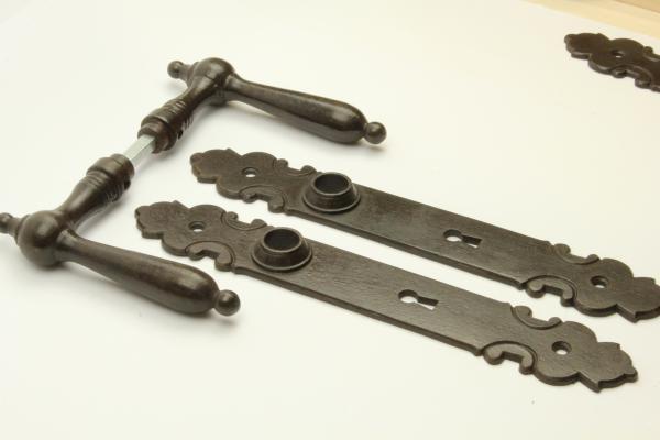 Biedermeier Türdrücker aus massivem Eisen antik patiniert + Langschild BB 72